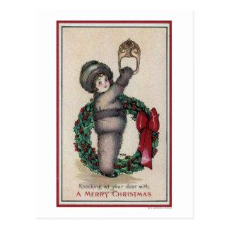 Feliz ChristmasKid que golpea con una guirnalda Tarjeta Postal
