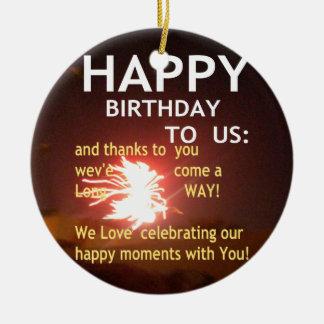 Feliz cumpleaños adorno navideño redondo de cerámica