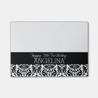Feliz cumpleaños con damasco blanco y negro de post-it nota