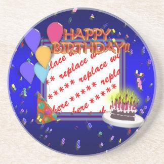 Feliz cumpleaños con el marco de la foto del confe posavasos cerveza