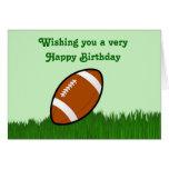 Feliz cumpleaños con fútbol en hierba tarjeta de felicitación
