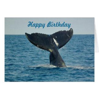 Feliz cumpleaños con la cola de una ballena y el tarjeta de felicitación