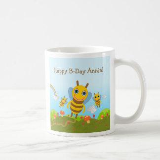 Feliz cumpleaños con las abejas de la miel taza básica blanca