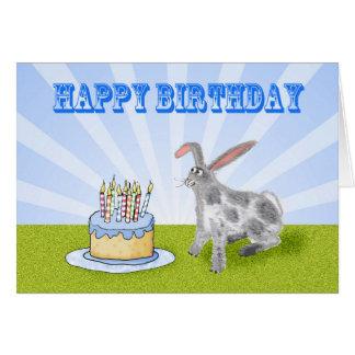 Feliz cumpleaños, conejo de conejito y torta de tarjeta de felicitación