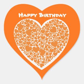 Feliz cumpleaños, corazones anaranjados en blanco pegatina en forma de corazón