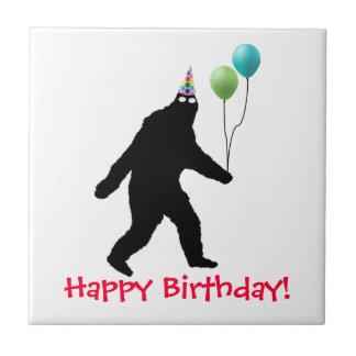 ¡Feliz cumpleaños de Bigfoot! Azulejo Cuadrado Pequeño