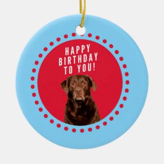 Feliz cumpleaños de Brown del perro lindo del Adorno Navideño Redondo De Cerámica