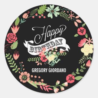 Feliz cumpleaños de la guirnalda floral colorida pegatina redonda