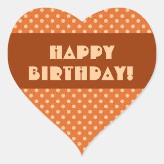 Feliz cumpleaños de los lunares anaranjados pegatina en forma de corazón