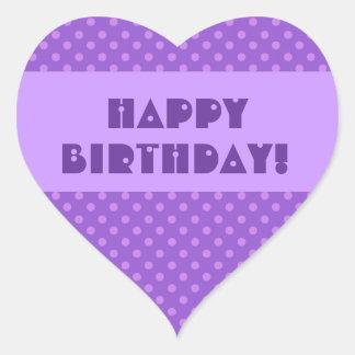 Feliz cumpleaños de los lunares púrpuras pegatina en forma de corazón