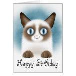 Feliz cumpleaños del gatito siamés curioso tarjeta