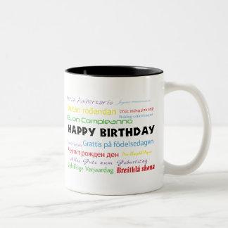 Feliz cumpleaños en taza de muchas idiomas