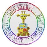Feliz cumpleaños - jirafa linda con las placas del platos