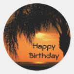 Feliz cumpleaños, puesta del sol de la palmera etiquetas redondas