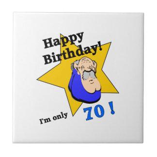 Feliz cumpleaños - soy SOLAMENTE 70.png Azulejo Cuadrado Pequeño