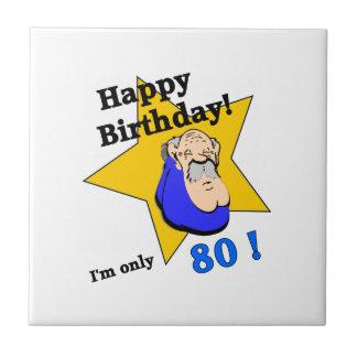 Feliz cumpleaños - soy SOLAMENTE 80.png Azulejo Cuadrado Pequeño