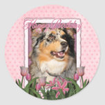 Feliz cumpleaños - tulipanes rosados - pastor etiqueta redonda
