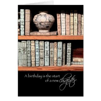 Feliz cumpleaños, un nuevo capítulo delante de tarjeta de felicitación