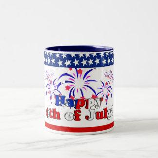 Feliz el 4 de julio con los fuegos artificiales taza de dos tonos