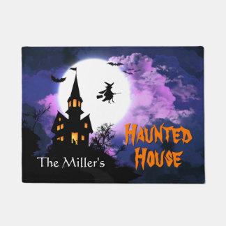 Feliz Halloween agradable con la casa encantada Felpudo