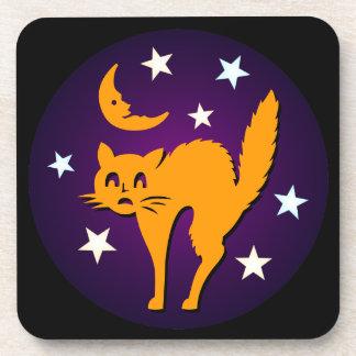 ¡Feliz Halloween! Gato anaranjado con la luna Posavasos De Bebidas