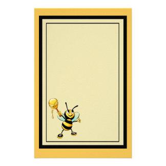 Feliz manosee la abeja con una cucharada de la papelería personalizada