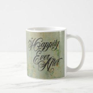 Feliz nunca después de floral taza básica blanca