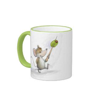 Feliz ratón Moe con la taza verde oliva