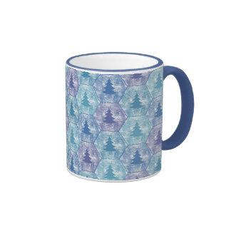 Feliz taza de los árboles de navidad en azul y púr