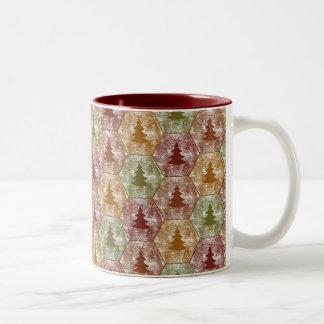 Feliz taza de los árboles de navidad en rojo y ver