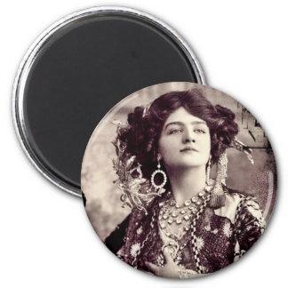 Feliz viuda del vintage con el lirio Elsie Imán De Nevera