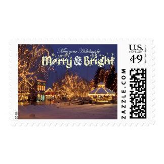 Feliz y brillante - calle con las luces de navidad estampilla