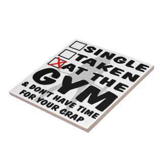 Femenino escoja tomado en el gimnasio y no tenga t azulejo cuadrado pequeño