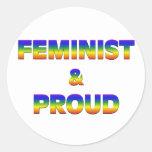Feminista y orgulloso etiqueta redonda