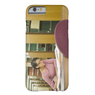 Femme de métis faisant la recherche dans la biblio iPhone 6 case