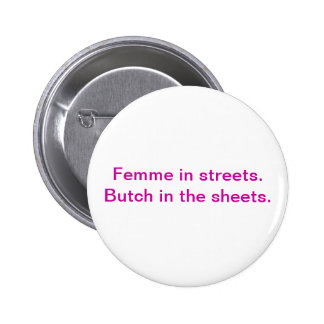 Femme en las calles. Marimacho en las hojas Pin Redondo 5 Cm