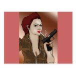 Femme Fatale - el fumar y armas Postal