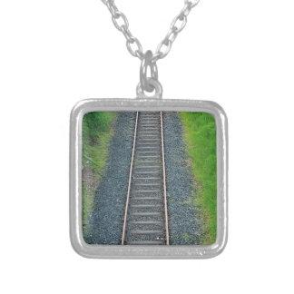 Ferrocarril de la pista del tren en la naturaleza, collar plateado