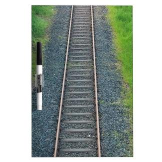 Ferrocarril de la pista del tren en la naturaleza, tablero blanco