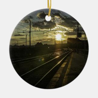 Ferrocarriles de Catania en la puesta del sol Adorno Navideño Redondo De Cerámica