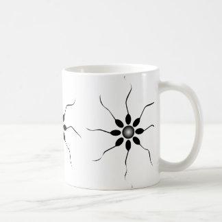 Fertilización feliz de la esperma. Blanco y negro Taza De Café
