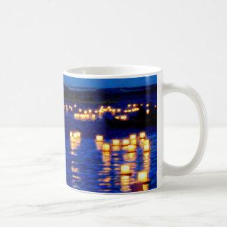 Festival flotante de la linterna taza básica blanca