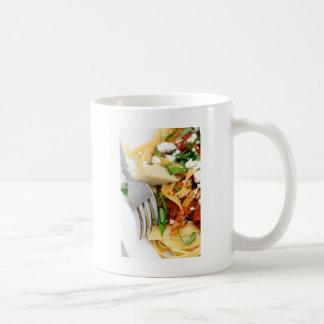 Fettuccini con el tomate y la albahaca asados tazas de café