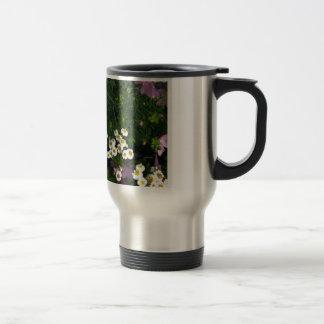 Feverfew y flores del geranio salvaje taza de viaje