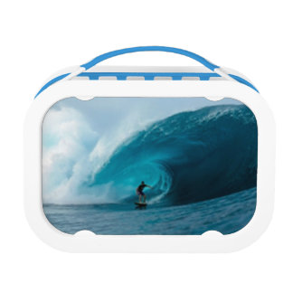 Fiambrera que practica surf