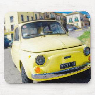 Fiat amarillo 500, vintage Cinquecento en Italia Tapetes De Ratón