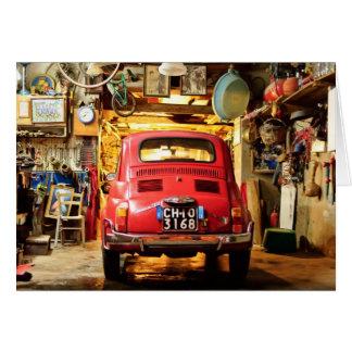 Fiat rojo 500 Cinquecento en la tarjeta de Italia