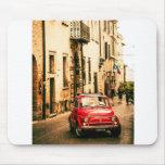 Fiat rojo 500, Cinquecento, en Umbría, Italia Tapete De Ratón
