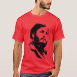 Fidel joven con una camiseta soñadora de la mirada