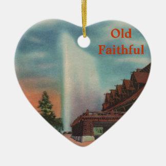 Fiel viejo adorno de cerámica en forma de corazón